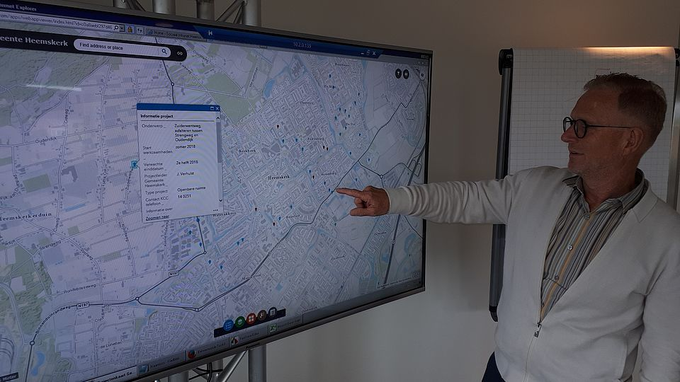 Wethouder Gaatze de Vries presenteert de digitale projectenkaart